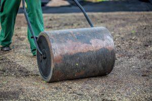 Come posare il prato a rotoli - Compattare la superficie